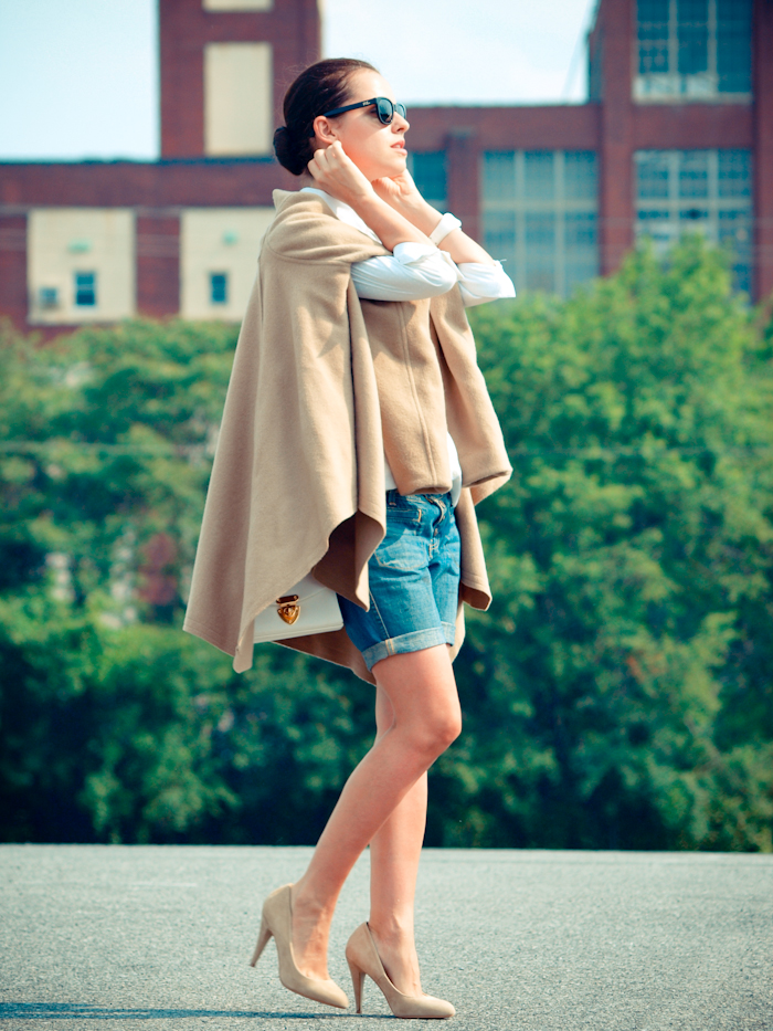 bittersweet colours, street style, colors, fashion trends, nude pumps, camel cape, bermuda jeans,