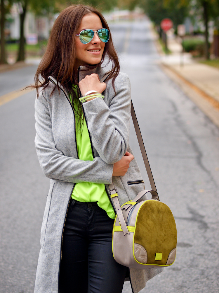 bittersweet colours, sporty trend, nike sneakers, sneakers trend, casual look, street style, grey coat, mirrored sunglasses,