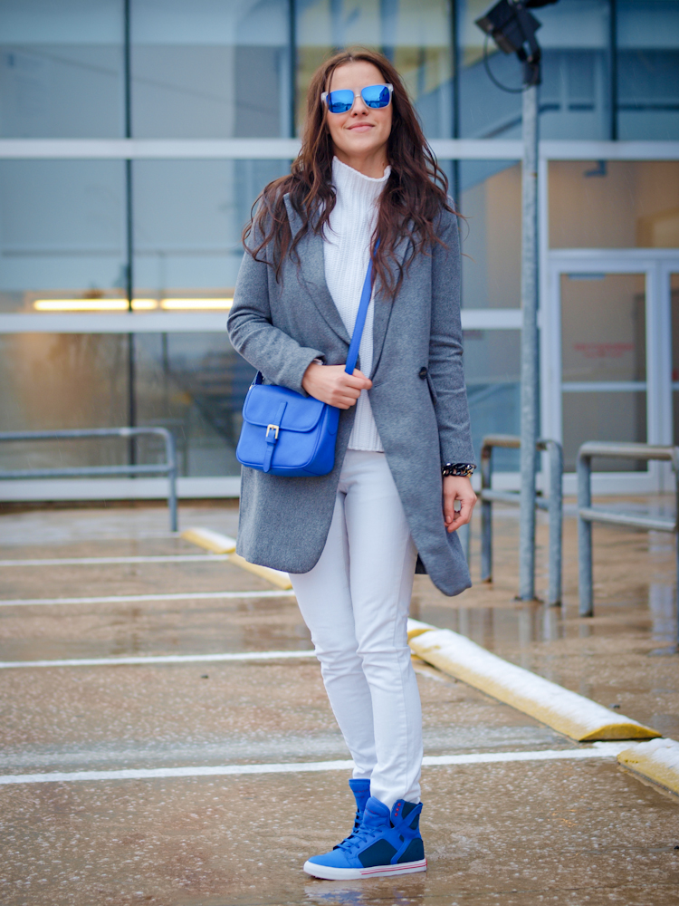 bittersweet colours, fall street style, white jeans, sneakers trend, grey coat, fall/ winter trends