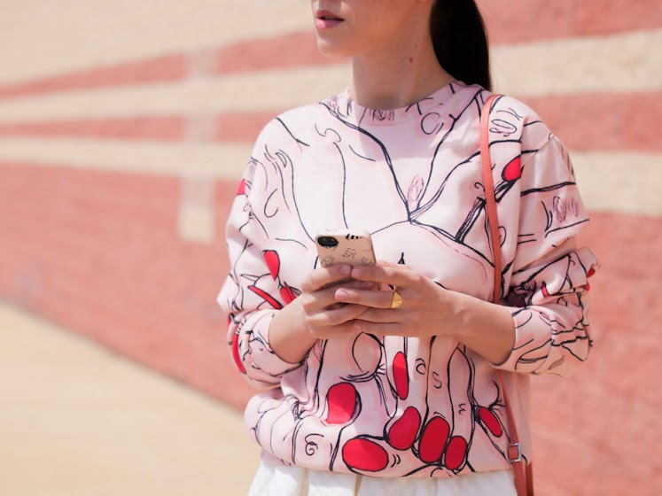 bittersweet colours, sweatshirt, prints, full skirt trend, HM, Christian Louboutin, Chloe, Lancaster Paris, coral color, Spring, street style,